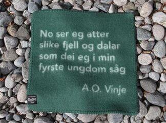 Sitjeunderlag i ull med sitat av Aasmund Olavsson Vinje