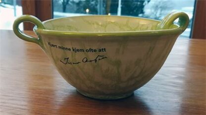 Oval skål med hank grøn Kjært minne kjem ofte att